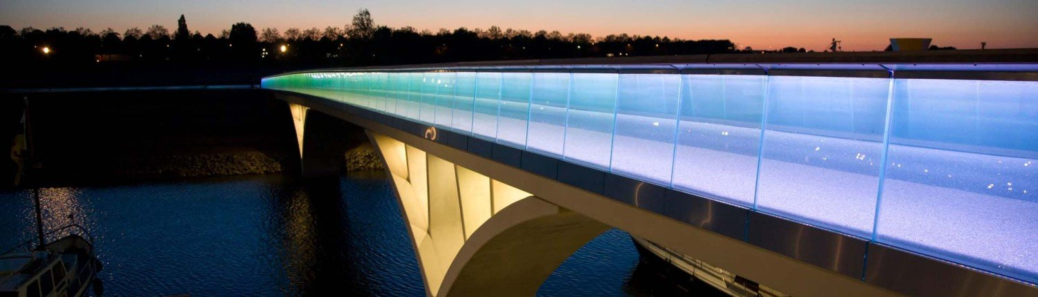Weerdsprong bridge Venlo, side view by night, bridge design by ipv Delft, translucent fences