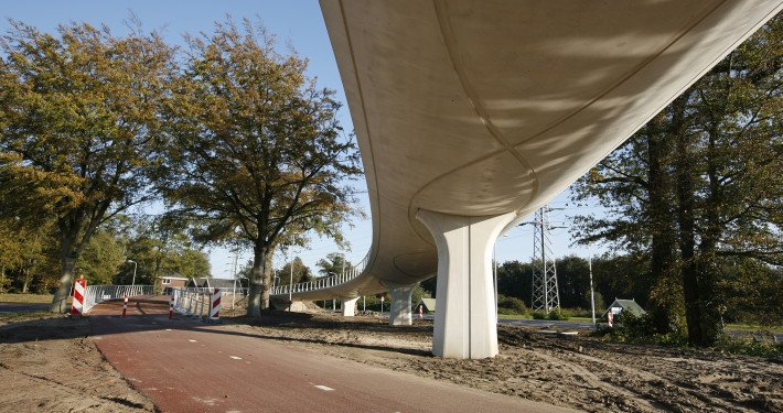 low view from Auke Vleerstraat bridge, Enschede, bridge design by ipv Delft