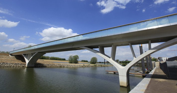 Weerdsprong concrete bridge, modern glass fences, bridge design by ipv Delft