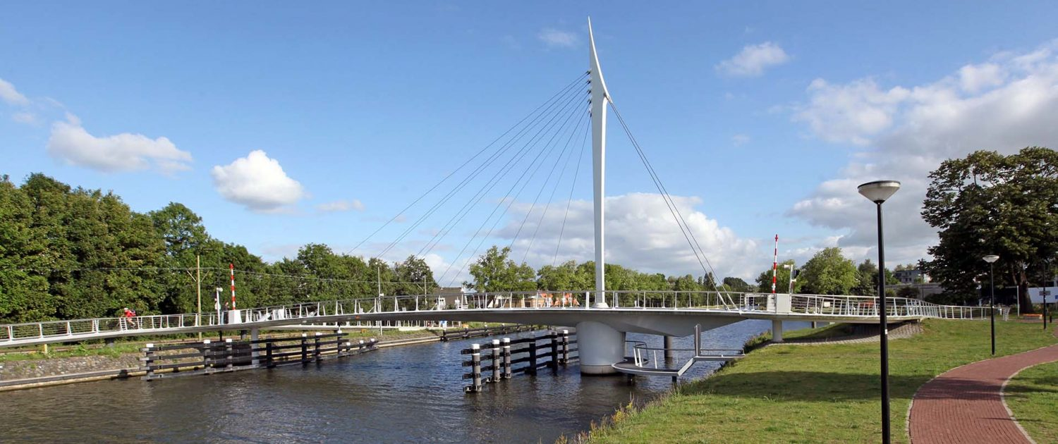 slender high pylon steel bridge, Rijswijk cyclists bridge, design by ipv Delft