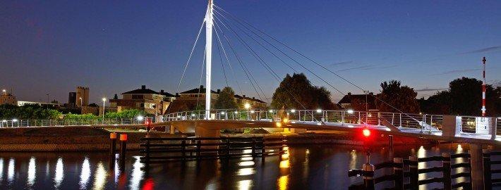 Swing bridge Rijswijk, bridge design by ipv Delft, side view by night