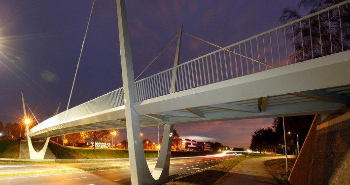 parabolic bridge Ovonde rondweg Emmen, white painted traffic bridge, bridge design by ipv Delft