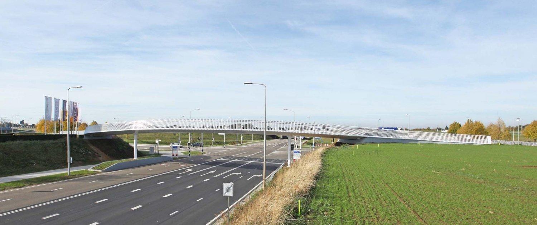 transparent-slender-steel-bicycle-bridge-Beek-ipvDelft